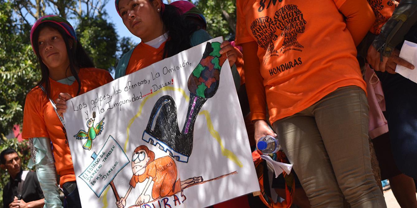 Mujeres indígenas exigen un alto a la persecución y criminalización de sus comunidades. Karen Arita / Oxfam en Honduras
