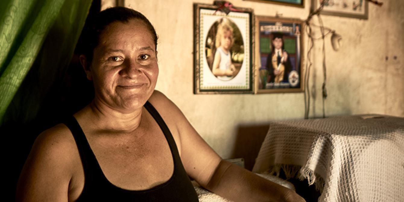 Digna Muñoz cuenta con orgullo cómo saca adelante a su familia por medio de sus propios recursos.Foto: Mahé Elipe / Oxfam en Honduras