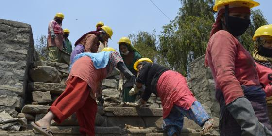 Women of Dakchinkali busy in removing mud from Kamal Pokhari -  Credit : Lucia de Vries/Oxfam