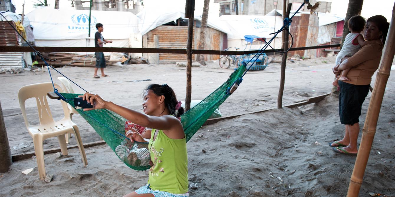 Carla Samsung (22) and her baby Chelsea Guinoo-Han (1) outside their home in San Jose, Tacloban.(Photo:Eleanor Farmer/Oxfam)