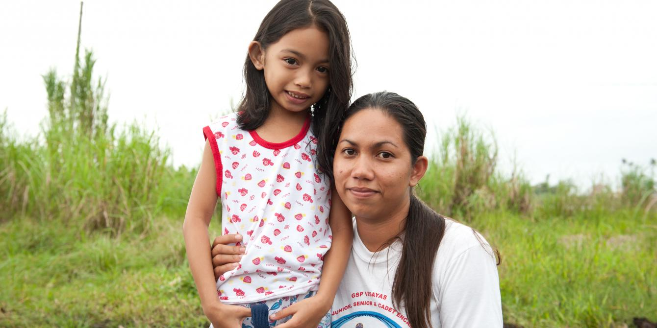 Rey Ann Corbin (26) and her daughter Eunice Angelic Delima (6) in Barangay 83-B, Tacloban.(Photo: Eleanor Farmer/Oxfam)